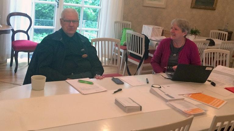 Curt Jacobsson och Karin B Hansson väntar på förhandsröstande till vallokalen i Kyrkans hus i Malmö. Foto: Odd Clausen/Sveriges Radio.