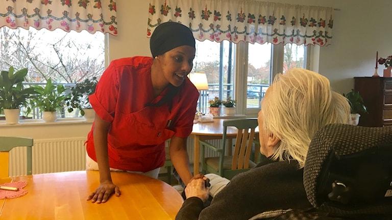 Sanna Jama, undersköterska på Varagårdens vårdboende tycker att coachsamtalen minskat den upplevda stressen på jobbet.