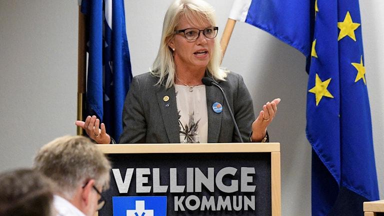 Kommunalrådet Carina Wutzler (M) under fullmäktigedebatten om tiggeriförbud i Vellinge. Foto: Johan Nilsson/TT.
