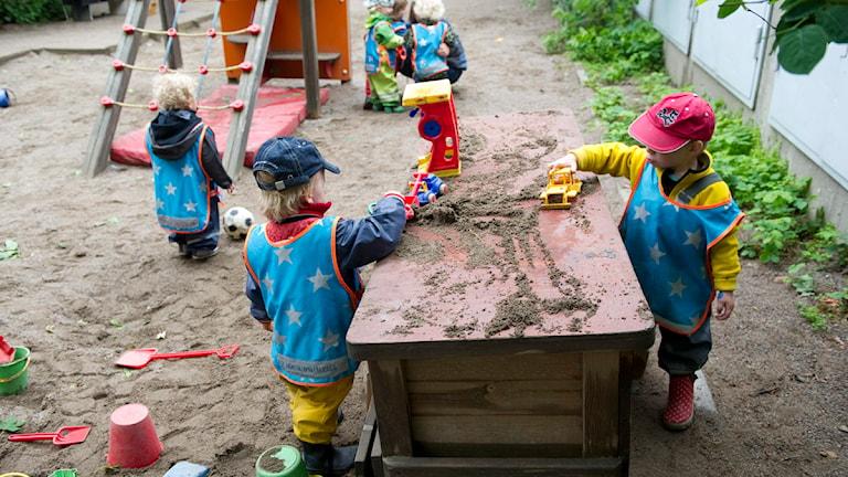 Barn leker på en lekplats.