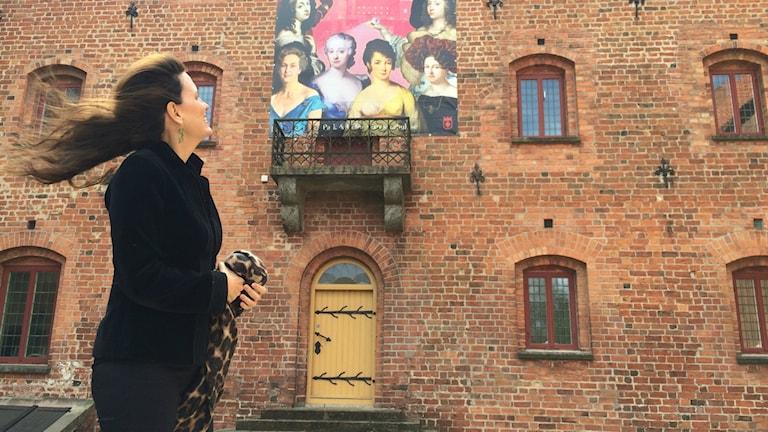 Alexandra von Schwerin tittar upp på slottet.