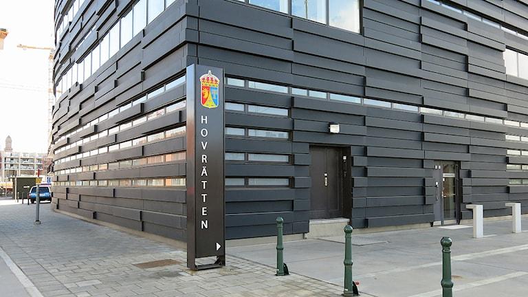 Hovrätten, byggnaden med skylt. Foto: Karin Olsson-Bendix/Sveriges Radio