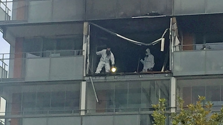 Tekniker undersöker lägenheten som skadades i explosion i höghus på Närlunda i Helsingborg. Foto: Anna Hanspers/Sveriges Radio.