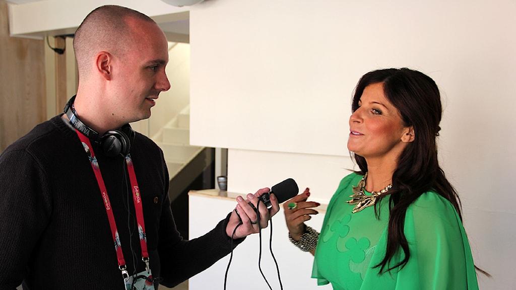 P4 Malmöhus Fredrik Ralstrand intervjuar Carola. Foto: Hans Zillén/Sveriges Radio