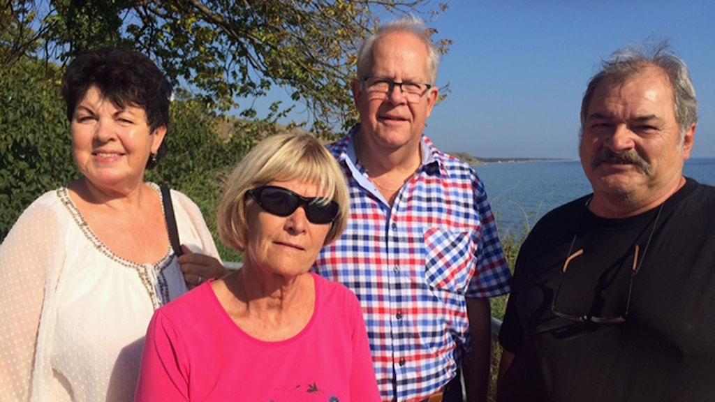 Byalaget i Kåseberga skulle gärna se att kommunen även ordnade turistguider och tydligare skyltning i byn. Ann-Kristin Bjelk, Anita Hammer, Bengt Isacsson och Jonny Persson. Foto: Malin Thelin/Sveriges Radio