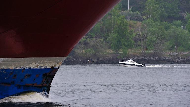 Färja och en liten båt.Foto: Hasse Holmberg