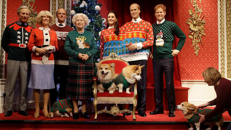 Den brittiska kungafamiljen poserar i jultröjor.