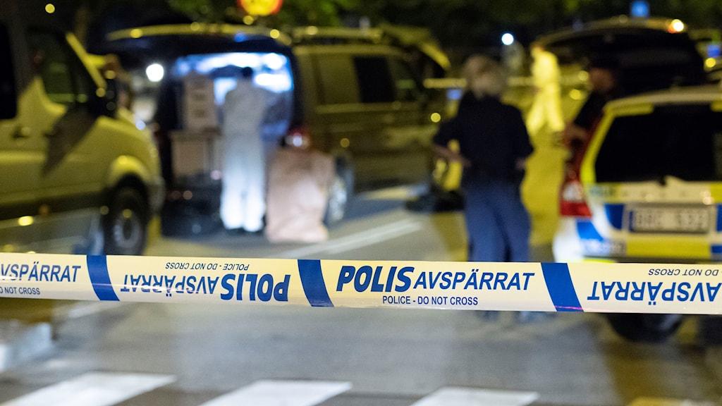 Polisens kriminaltekniker arbetar natten till tisdagen på von Rosens väg i Rosengård i Malmö efter att en man i 20-årsåldern skjutits till död.