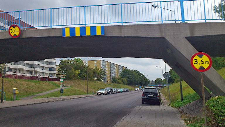 Gångbron över Hyllievångsvägen i Malmö där en man och hans 1,5-åriga son misshandlades svårt. Foto: Madeleine Fritsch-Lärka/Sveriges Radio