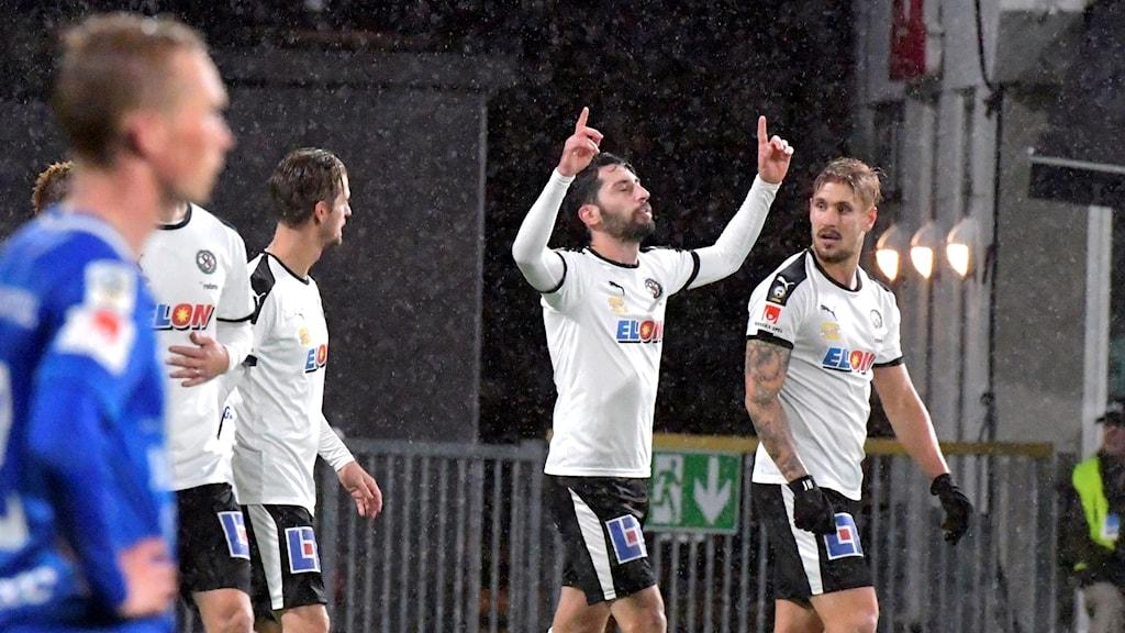 Örebrospelare firar mål mot Örebro.