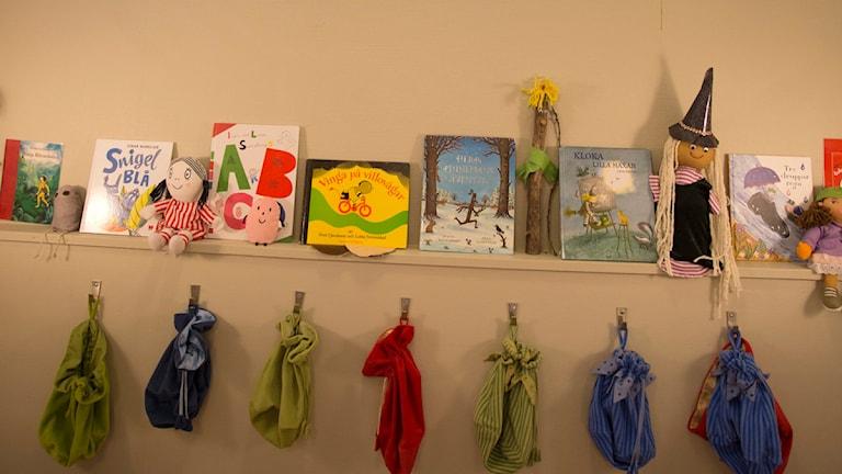 Barnböcker på en hylla. Foto: Björn Larsson Rosvall.