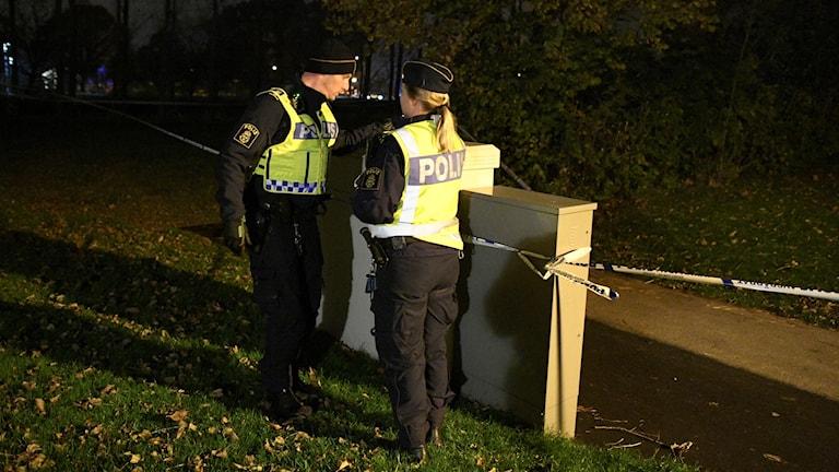 Polisen spärrade av ett stort område.