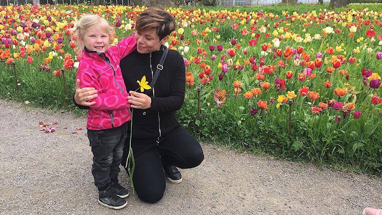 Ida och dottern Nomi Upman njuter av havet av tulpaner i Botaniska trädgården i Lund.