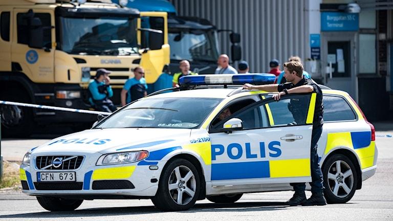 Polis och avspärrningar utanför postterminalen på Borrgatan i Malmö.