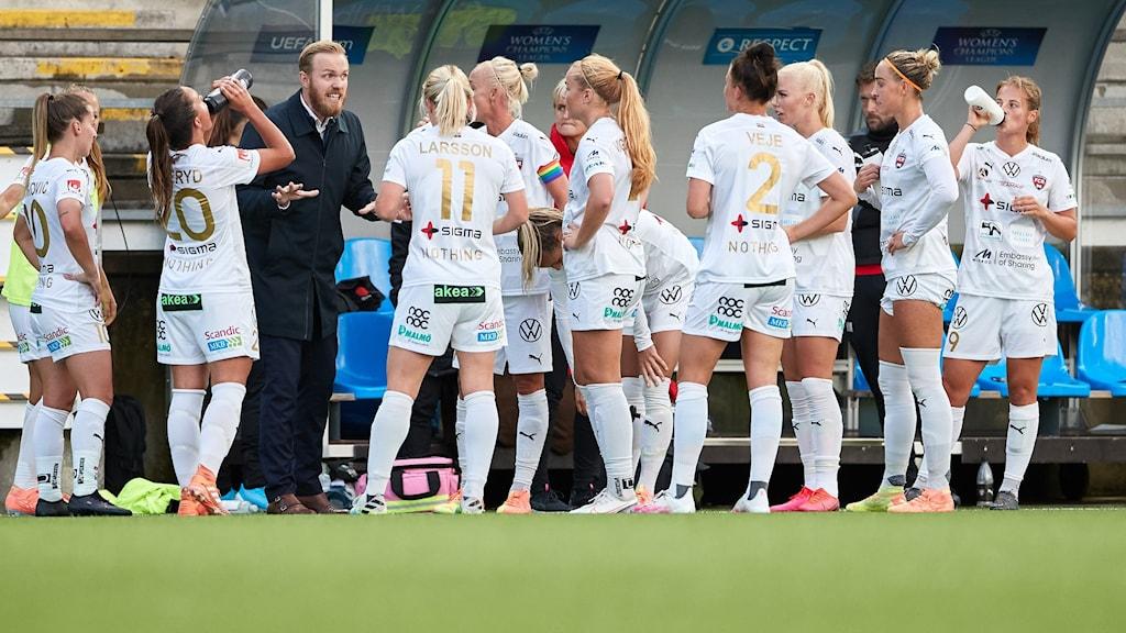 Damfotbollsspelare i FC Rosengård samlade runt sin tränare