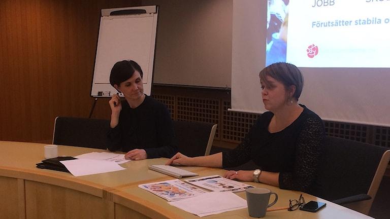 Märta Stenevi (MP) och Katrin Stjernfeldt Jammeh (S)