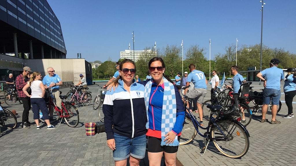 Åsa Ohlsson och Molly Kummel som cyklar till en bortamatch för första gången.