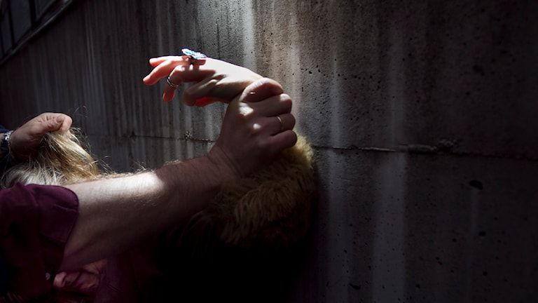 En kvinna blir slagen och dragen i håret av en man. Genrebild. Foto: Heiko Junge / Scanpix
