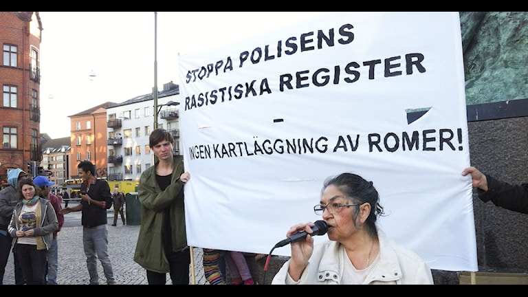 Monica Kalderas under en protest mot polisens registreringar av romer på Möllevångstorget i Malmö.