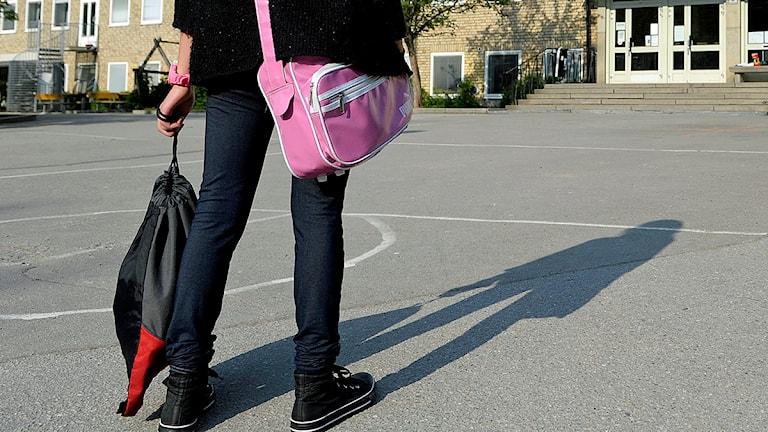n ensam flicka på väg till skolan över en tom skolgård. Foto: Janerik Henriksson/Scanpix
