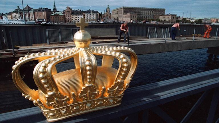 De förgyllda kronorna ovanför Karl XV:s namnskiffer med Stockholms slott i bakgrunden. Foto: Jonas Ekströmer/TT