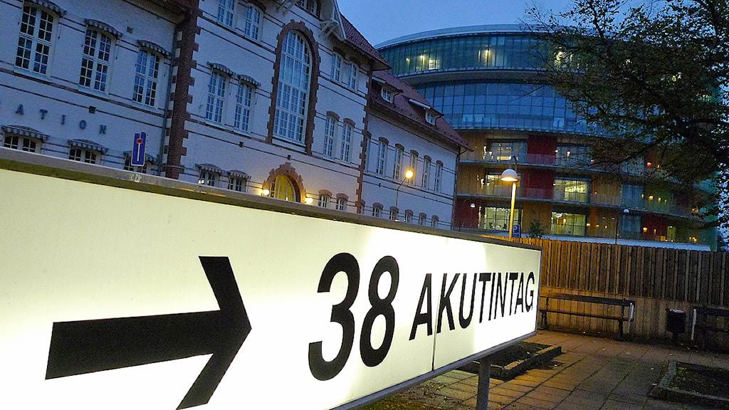 En skylt visar vägen till akutintaget på Skånes Universitetssjukhus i Malmö. Foto: Johan Nilsson/TT