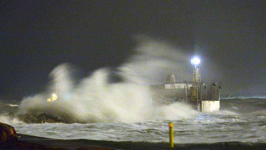 Vind och vågor piskar fyren vid inloppet till hamnen i Malmö under stormen Sven härom året. Foto: Johan Nilsson/TT