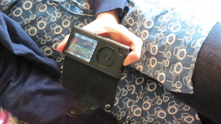 Bilden visar glukosmätaren Dexcom som kontinuerligt mäter blodsockerhalten. Foto: Petra Haupt/Sveriges Radio.