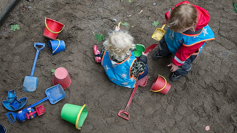 Förskolebarn leker med hink och spade i en sandlåda. Foto: Fredrik Sandberg/TT