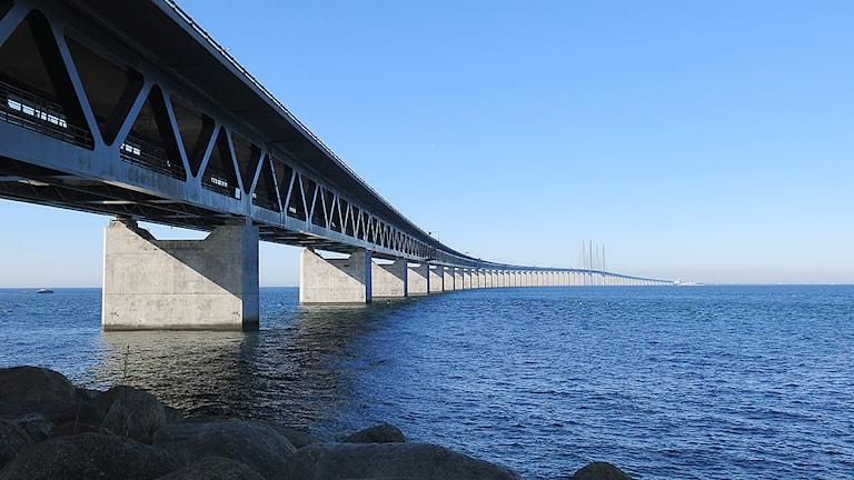 Öresundsförbindelsen,  snett underifrån, från brofästet på Lernacken i Malmö. Foto: Karin Olsson-Bendix/Sveriges Radio