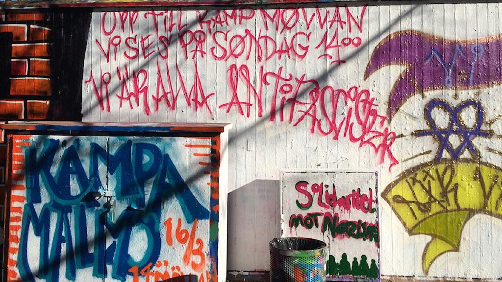Uppmaning till demonstration söndag 16 mars, klotter i stadsdelen Möllevången i Malmö. Foto: Anna Bubenko/Sveriges Radio