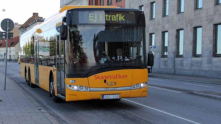 Gul regionbuss kör inne i Malmö. Foto: Maria Andersson/Sveriges Radio