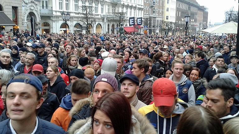 Runt 5 000 deltog i den manifestation mot fotbollsvåld som Helsingborgs IF:s supporterklubb Kärnan kallat till. Foto: Bosse Johansson/Sveriges Radio