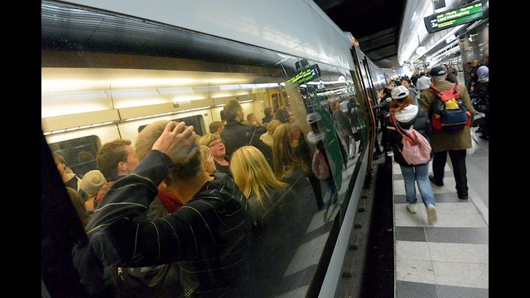 Bilden visar folk på ett Öresundståg. Foto: Johan Nilsson/TT.