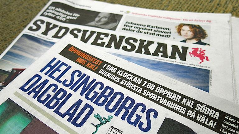 Bonnierägda Sydsvenskan vill köpa familjeägda Helsingborgs Dagblad. På bilden: Båda tidningarnas förstasidor den 23 april 2014, då den planerade affären blev känd. Foto: Karin Olsson-Bendix/Sveriges Radio