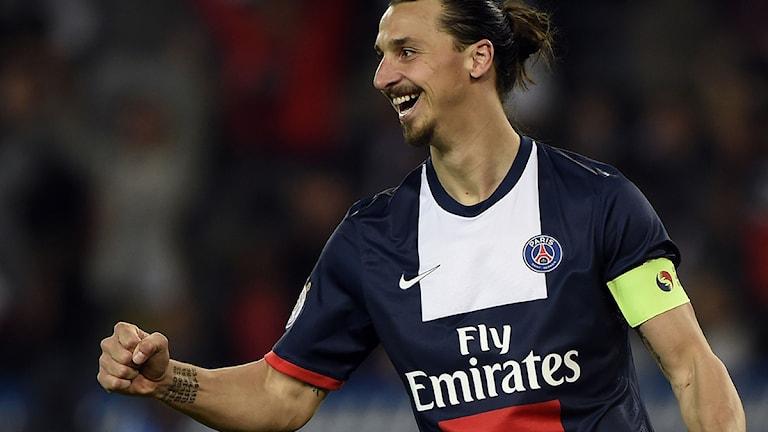 Zlatan i PSG-tröja höjer armen i en målgest. Foto: Franck Fife/TT Bild.