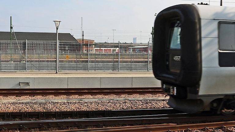 Öresundståg passerar perrong med spårstaket