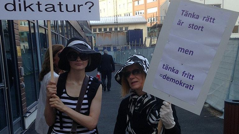 Liten demonstration inför rättegången i Malmö mot konstnären Dan Park. Foto: Jens Ericson/Sveriges Radio