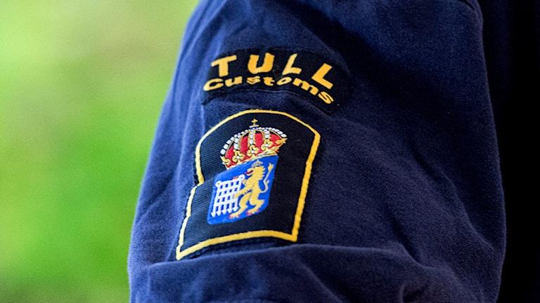 Bilden visar en jackärm med tullverkets emblem på. Foto: Ludvig Thunman/TT.