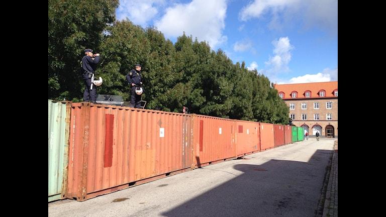 Bilden visar containrar som ställts upp vid Limhamns torg i Malmö i samband med det nazistiska Svenskarnas partis torgmöte. Foto: Tobias Wallin/Sveriges Radio.