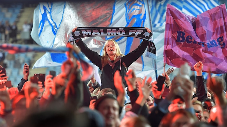 Malmöjubel bland fansen efter måndagens match i fotbollsallsvenskan mellan IFK Norrköping och Malmö FF på Östgötaporten. Malmö vann matchen med 1-3 och är därmed svenska mästare.  Foto: Jessica Gow / TT