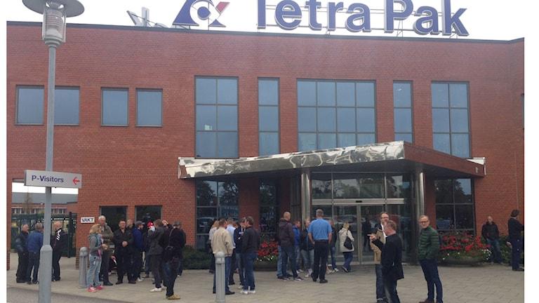 Tetra Pak exteriör, väntande folk