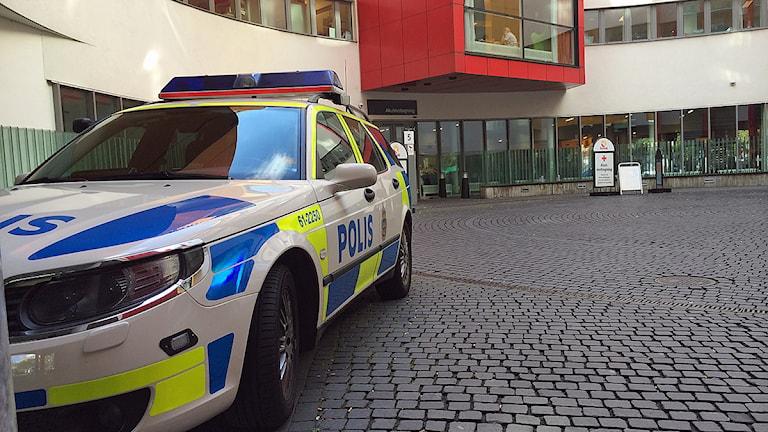 En polisbil står utan för akutmottagningen vid Skånes universitetssjukhus i Malmö. Foto: Anna Bubenko/Sveriges Radio