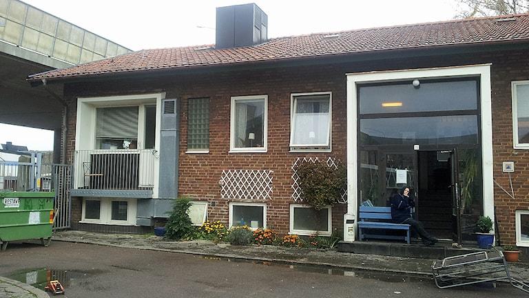 Entrén till Hemlösas hus i Helsingborg som stänger sin nattverksamhet. Onsdagen den 15 oktober serverades den sista frukosten. Foto: Lasse Olsson/Sveriges Radio