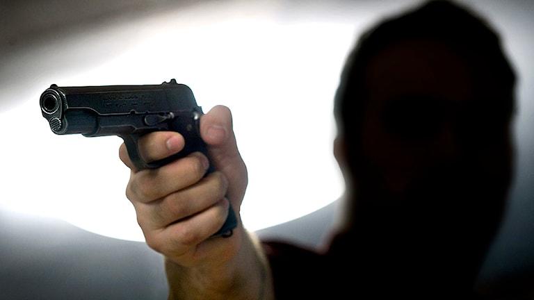 Vapen, en hotfull man med pistol. Foto: Claudio Bresciani/TT