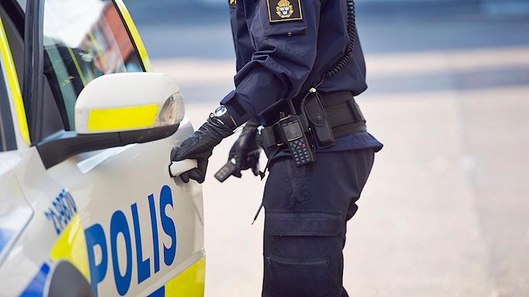 n polis öppnar dörren till sin polisbil Foto: Fredrik Sandberg/TT