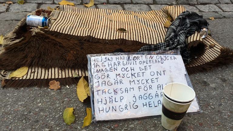 En skylt som en tiggare har gjort. Foto: Anna Bubenko/Sveriges Radio.