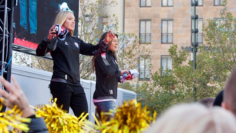 FC Rosengårds Elin Rubensson och Ramona Bachmann firas på Stortorget i Malmö. Foto: Drago Prvulovic/TT