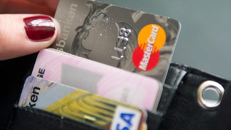 Kontokort i en plånbok Foto: Fredrik Sandberg/TT