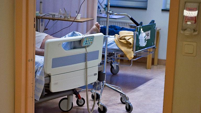 n patient i en säng på en vårdavdelning. Foto: Bertil Ericson/TT